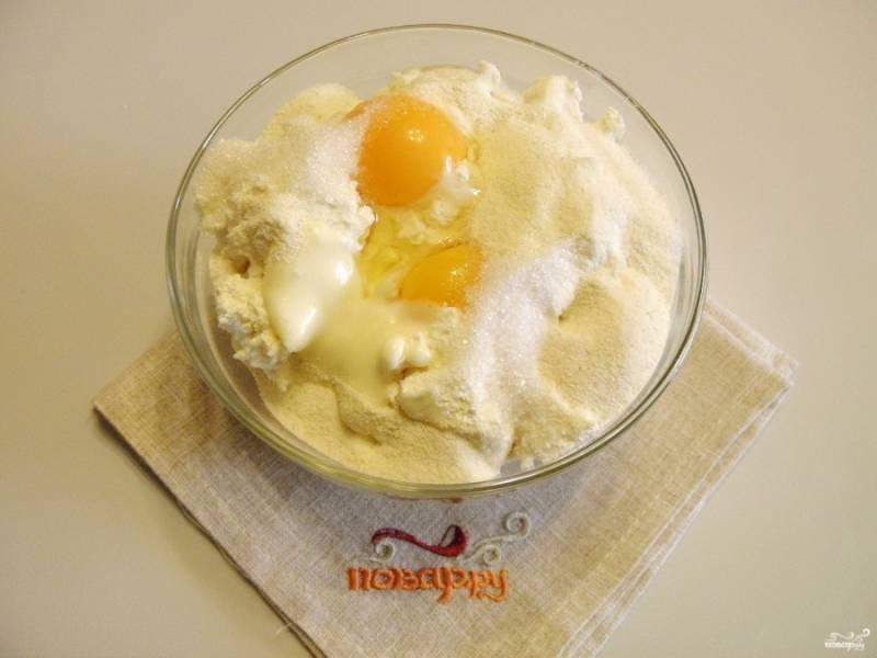 Добавьте яйца, сахар, манную крупу и сметану. Перемешайте и оставьте на 10 минут.