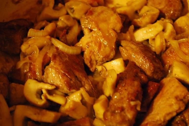 Затем мясо добавляем к грибам, все перемешиваем.