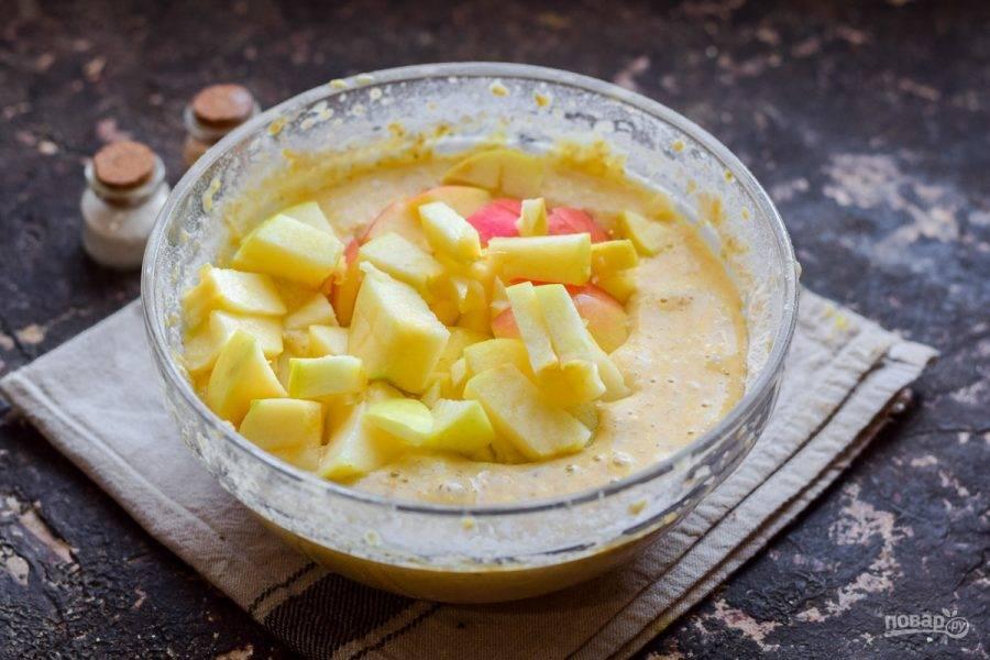 Добавьте в тесто яблоки, все перемешайте. По желанию добавьте корицу.