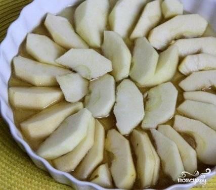 Оставшиеся яблоки нарезаем пластинками и выкладываем на карамель.