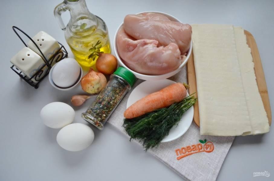 Разморозьте слоеное тесто при комнатной температуре. Очистите овощи. Два яйца отварите, одно оставьте сырым для фарша (белок), а для смазывания теста — желток.