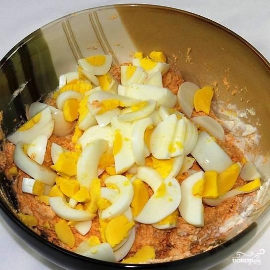 Яйца крупно нарежем и добавим в салат.