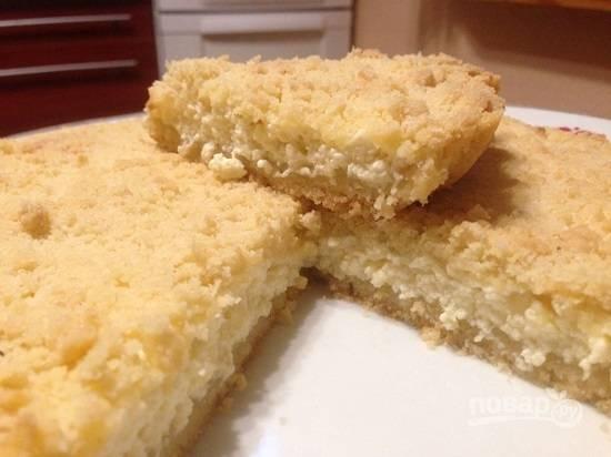 Пирог получается тонким, и в горячем виде его немного проблематично нарезать, он крошится.