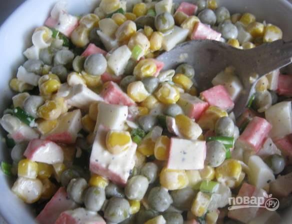 4. Заправим майонезом, соль и специи — по вкусу.