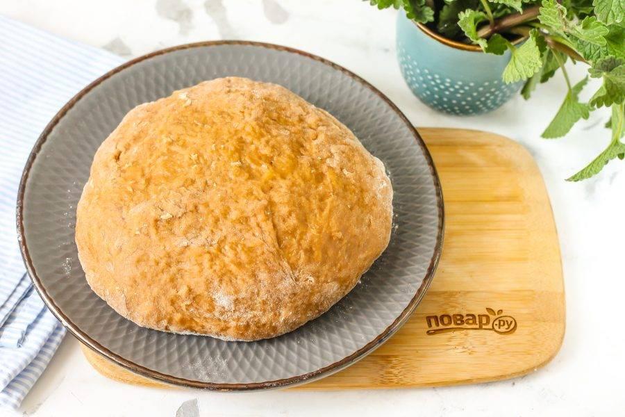 Оно получится не таким жирным, как песочное тесто, и не таким пышным, как дрожжевое. Накройте тесто пищевой пленкой и оставьте на 30 минут.