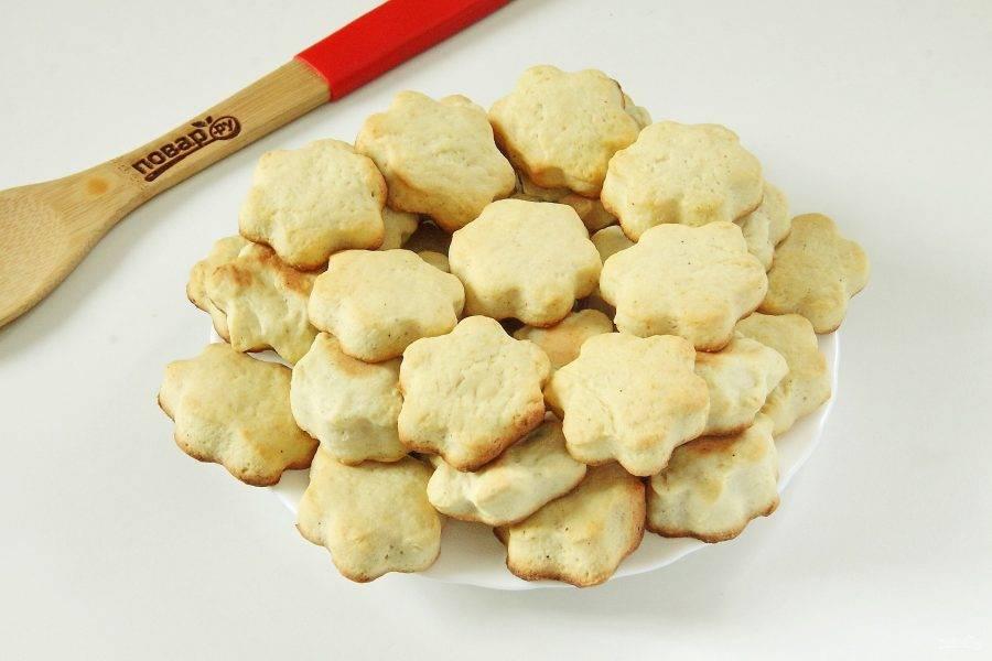 Сдобное печенье на сметане готово. С чаем, кофе или молоком - очень вкусно! Если хранить выпечку в банке или пакете, то даже через несколько дней печенье будет все таким же мягким и ароматным.