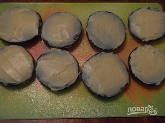 Смазываем половину печенья толстым слоем крема и накрываем второй половиной.