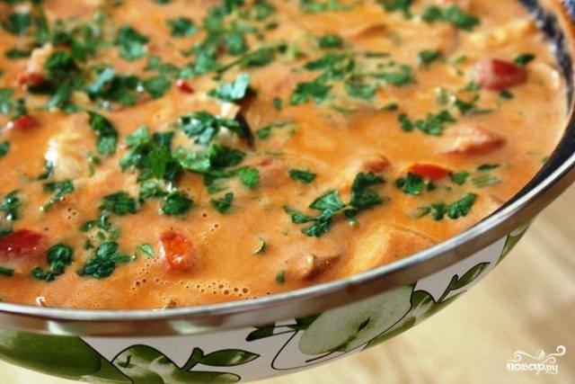 В самом конце тушения добавить в соус любимую свежую зелень. Хорошо подходит кинза.