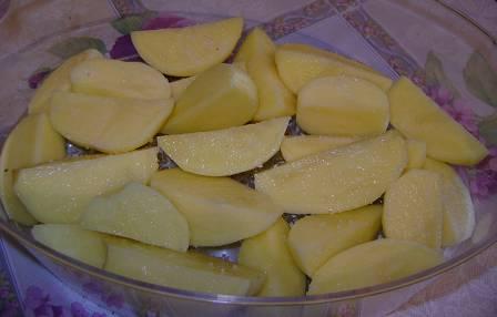 Картошку порежьте не крупными дольками, выложите в чашу пароварки, посолите.