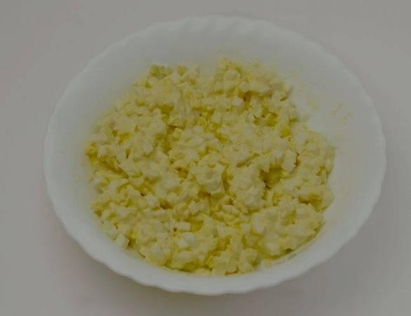 Очищаем яйца, сваренные вкрутую, мелко нарезаем и смешиваем с майонезом. Можно немного подсолить.