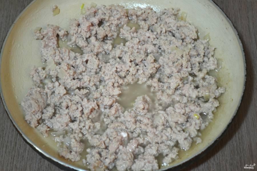 Фарш выложите в сковороду и обжарьте, часто помешивая, чтобы он не превратился в одну большую котлету. Жарьте фарш до полуготовности.