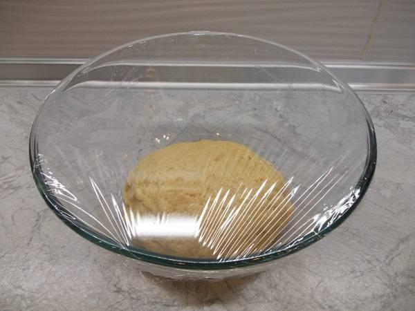"""5. Накрыть тесто пищевой пленкой и оставить на 20-30 минут, чтобы оно """"отдохнуло""""."""