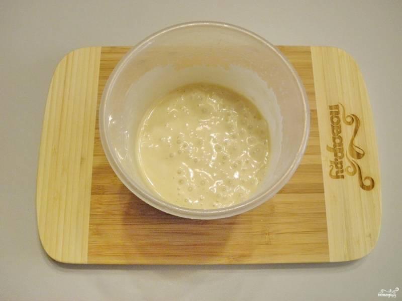 Тесто для жарки готово. Нагрейте антипригарную сковороду. Для панкейков нужна сухая сковорода, без жира.