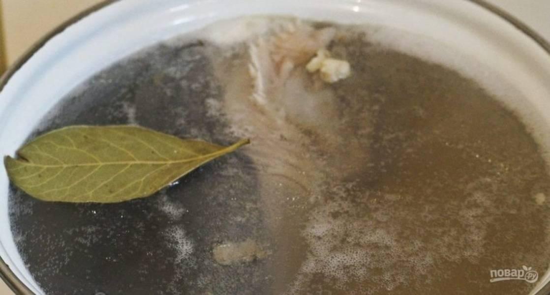 Около 2-х литров воды доведите до кипения. Затем положите в неё язык, лавровый лист и ложку соли. Варите мясо 2 часа.