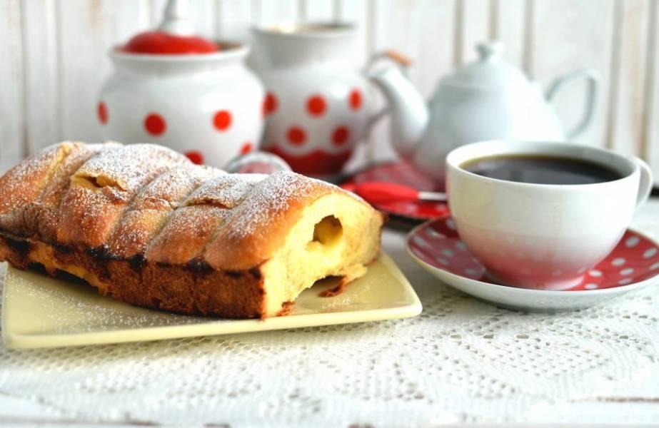 Готовые саечки слегка остудите, посыпьте сахарной пудрой и подавайте теплыми, так они особенно вкусны!