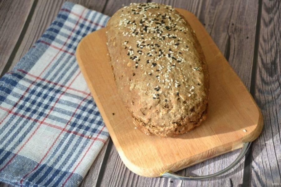 После того, как хлеб остыл, его можно подавать к столу.