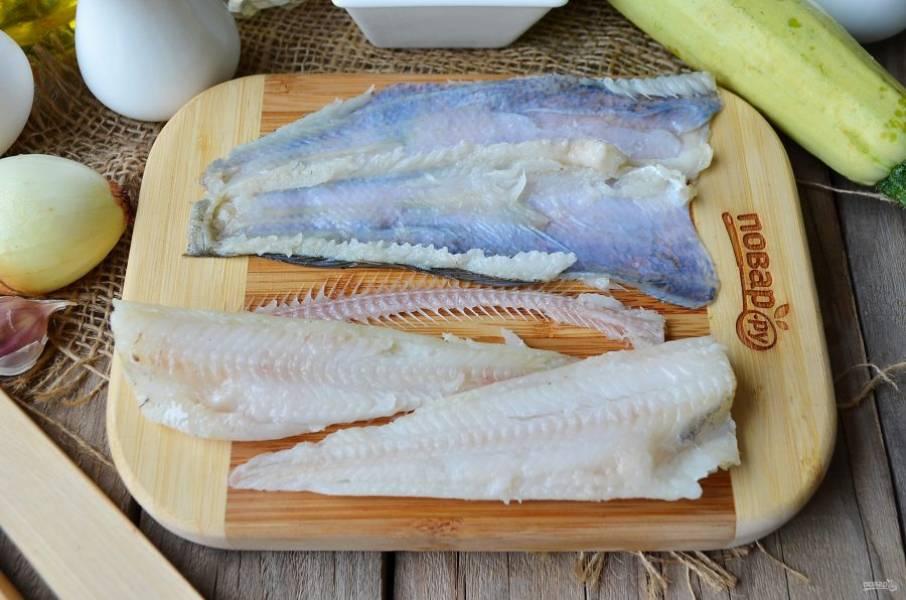 Срежьте рыбное филе так, чтобы нож шел практически по рыбной коже. Удалите пленки с области брюшка. Вот и все!