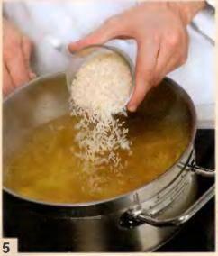 Рис вымыть теплой водой и добавить в суп, варить 7 мин.