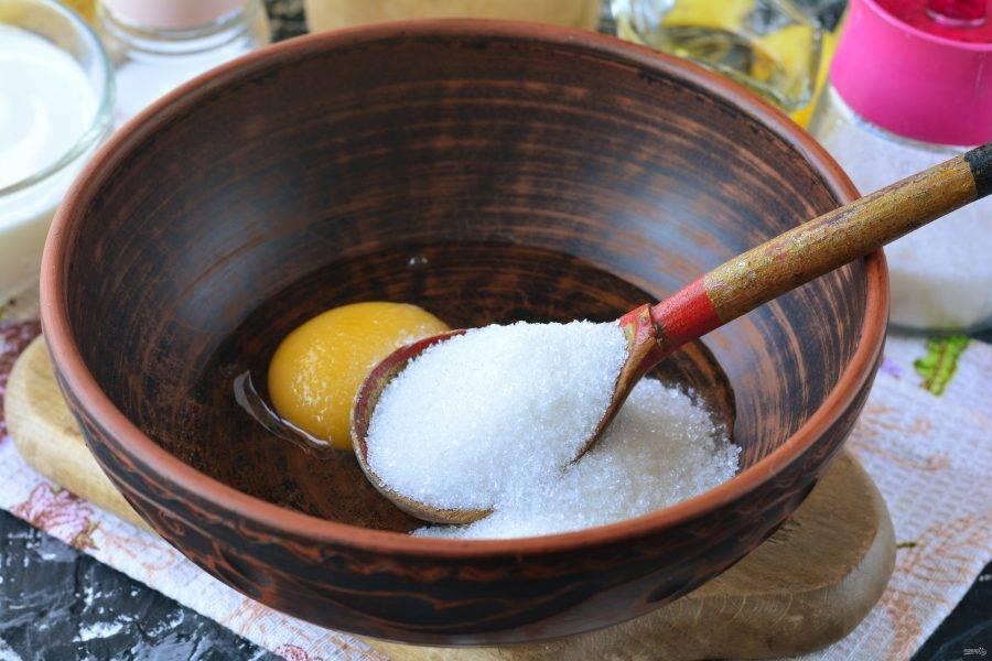 В миске смешайте яйца и сахар, хорошо перемешайте.