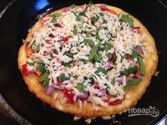Добавим измельченные листья шпината и посыпаем сыром.