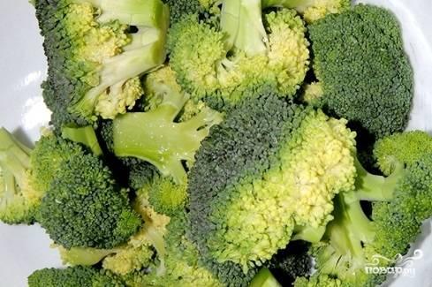 4. Вымойте и разберите на соцветия брокколи. Выложите её в отдельную кастрюлю и также отварите в подсоленной воде до готовности.