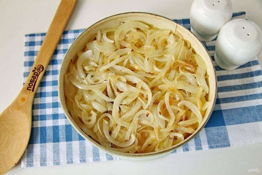 Укройте картофель луком.