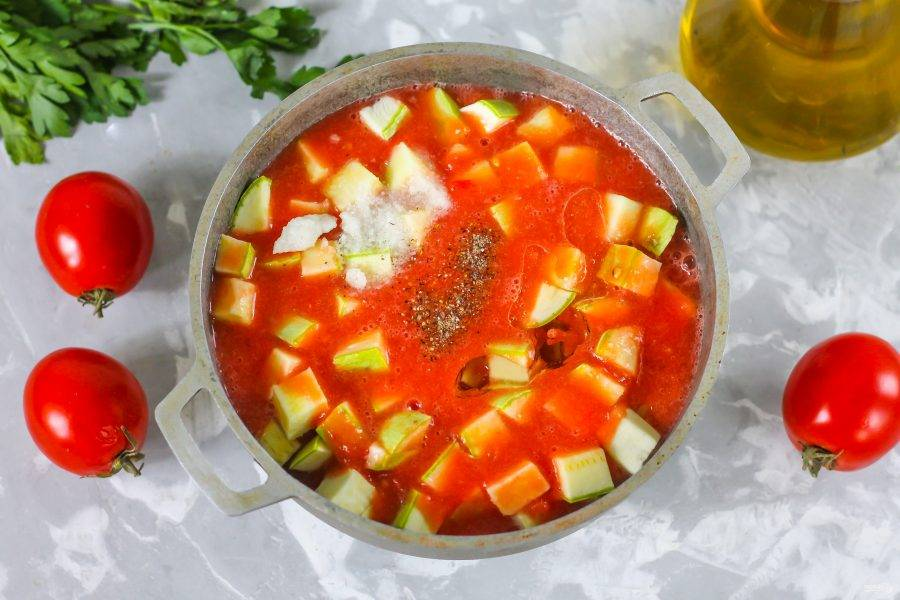 Залейте томатным соком, посолите и поперчите, влейте растительное масло. Поместите емкость на плиту и включите средний нагрев.