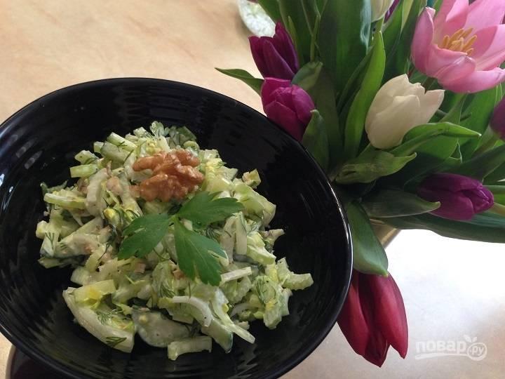 Салат из сельдерея с огурцом и орехами