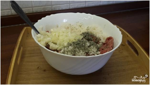 2.Мелко порежьте лук. Сварите рис, выключите, немного не доваривая его. Добавьте рис и лук в фарш, всыпьте мяту, заправьте приправами, посолите.