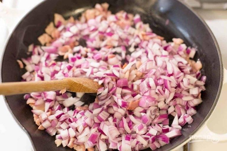 4. Добавьте в сковороду лук, перемешайте и готовьте 5 минут.