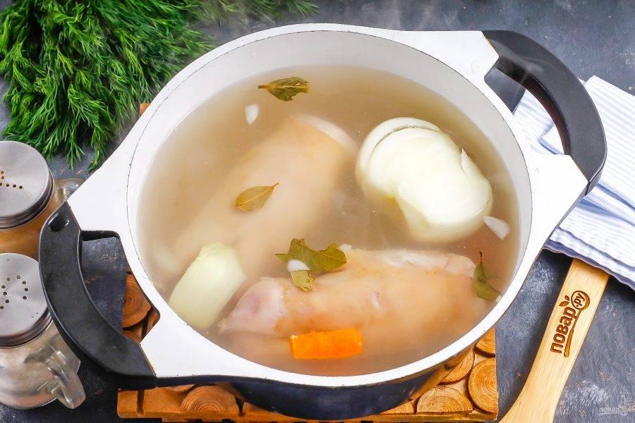Влейте воду, всыпьте соль и лавровые листья. Поместите емкость на плиту и доведите ее содержимое до кипения. Удалите образовавшуюся пену.