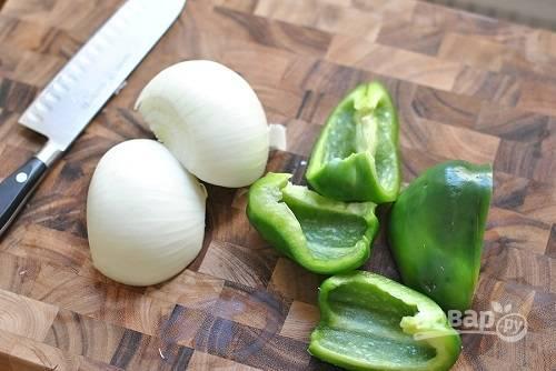 2. Очистите луковицу и сладкий перец.