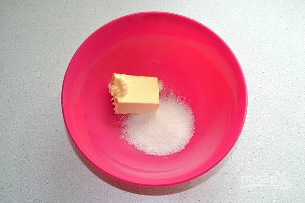 Для приготовления начинки соедините размягченное сливочное масло с сахаром.