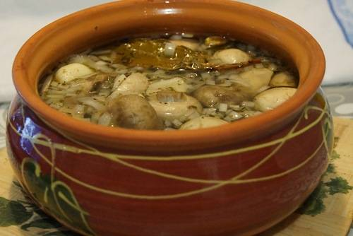 3. Плотно укладываем грибы в посуду - керамический горшок, кастрюлю или стеклянную емкость. Заливаем маринадом. Когда остынет, помещаем в холодильник.
