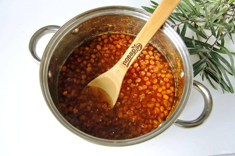 Доведите сироп с ягодами до кипения и снимая пену проварите 5 минут. Нежное, ароматное и очень полезное варенье из облепихи готово.