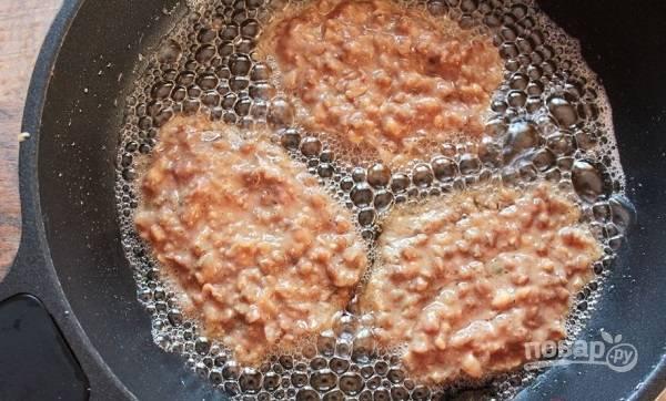 5. Разогрейте на сковороде растительное масло. Выкладывайте ложкой печеночную массу и жарьте котлетки с двух сторон до румяной корочки. Приятного аппетита!