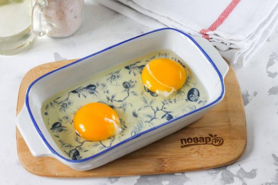 Куриные яйца вбейте в глубокую емкость и всыпьте туда же щепотку соли. Тщательно все взбейте.