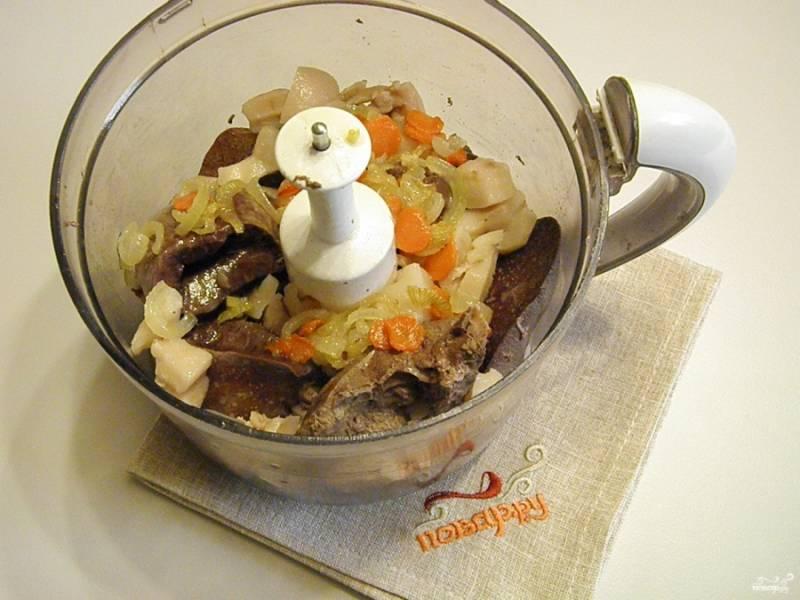 6. Готовые субпродукты вместе с обжаренными морковью и луком пропустите через мясорубку или взбейте блендером. Добавьте пропущенный через пресс чеснок, хорошенько перемешайте.