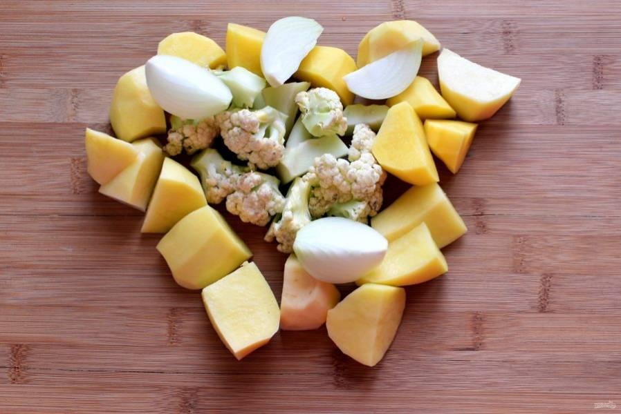 Овощи очистите и нарежьте крупно.