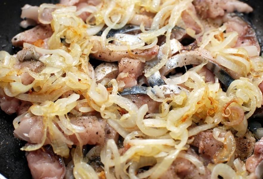 В форму для выпекания выкладываем рыбку, сверху — лук. Добавьте специи по вкусу.