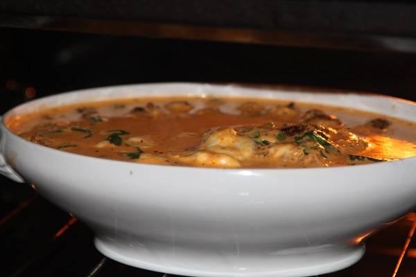 4. Залить соус в форму и отправить в разогретую духовку. Запекается индейка с сыром в духовке в домашних условиях от 30 до 50 минут (в зависимости от толщины филе).