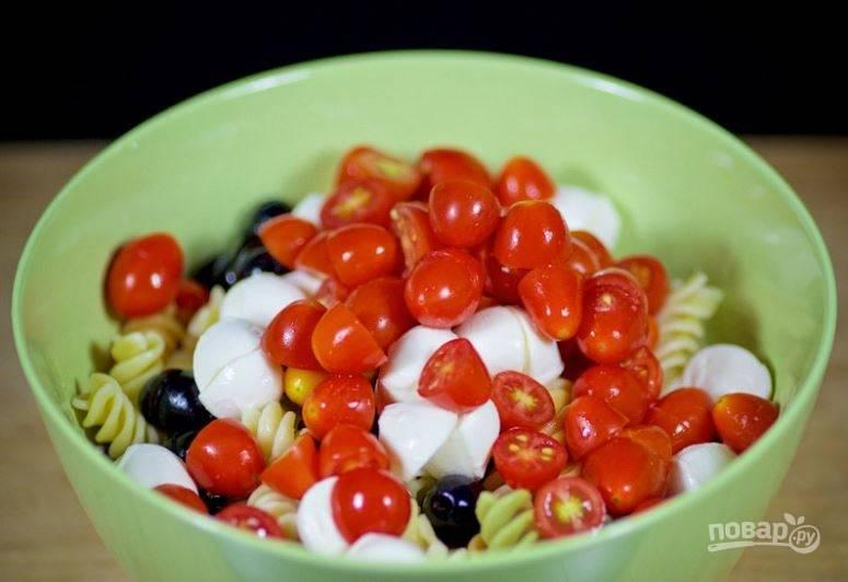 """2. Добавьте сыр """"Моцарелла"""". Порежьте помидоры пополам, отправьте в салатник."""