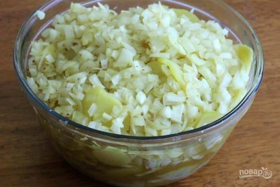 6.Вылейте луковую смесь со всей жидкостью к картофелю, накройте пленкой и оставьте при комнатной температуре на 1 час.