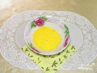 11. Отложенные желтки натрите на мелкой терке.