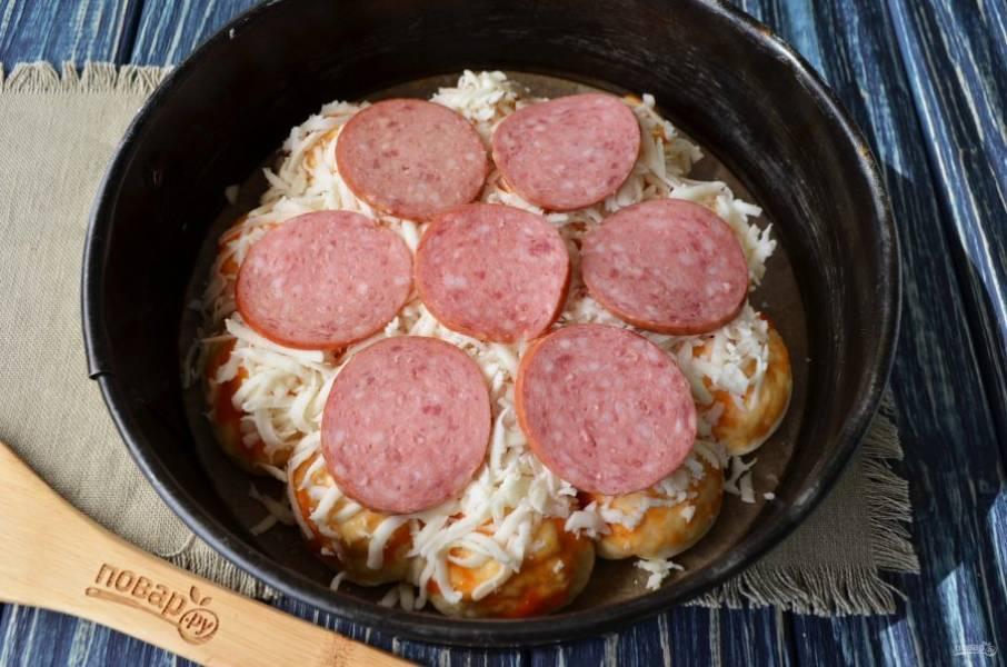 Сверху положите колечки колбаски. Отправьте пиццу в духовку, температура - 200 градусов, время - 25-35 минут, ориентируйтесь по своей духовке.