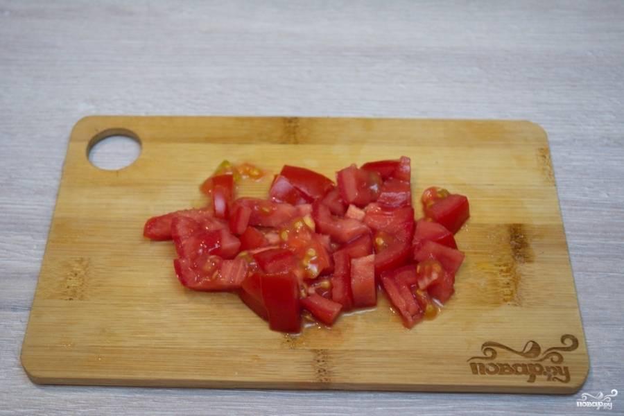 Свежие помидоры нарезаем небольшими кусочками. В идеале нужно снять шкурку с помидора, но я рекомендую этого не делать. Салат будем перемешивать. Нежный помидор превратится в кашу.