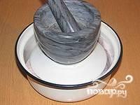 Ставим под гнет (подойдет 3-литровый баллон с водой, но можно и другую емкость приспособить) и убираем в холод.