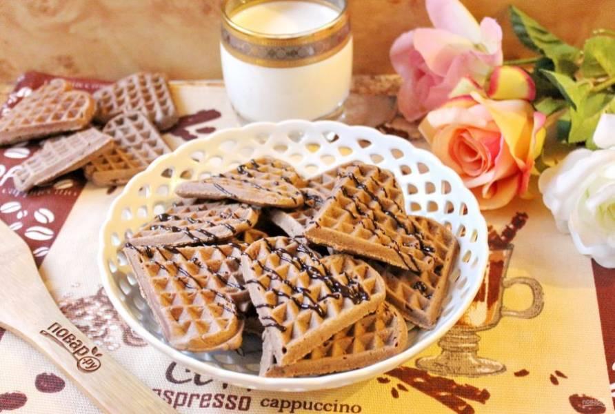 Шоколадные вафли готовы. Подавайте к чаю, молоку или кофе.