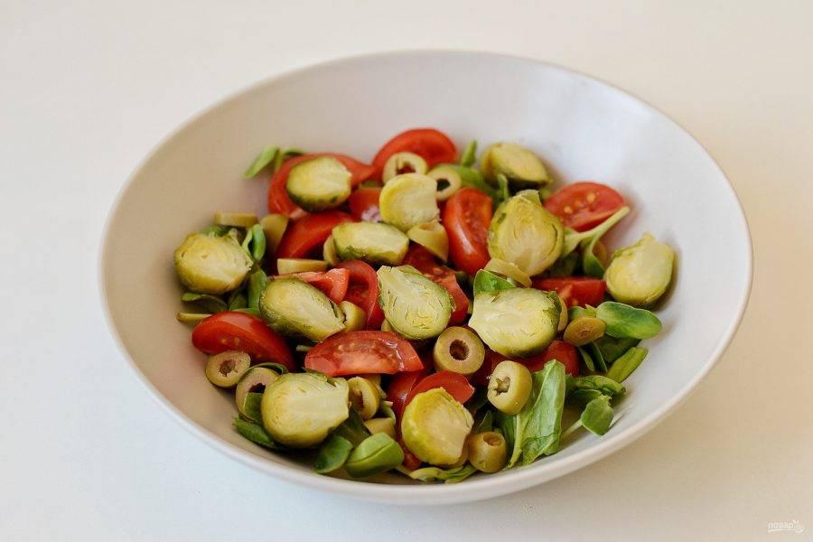 Отварите брюссельскую капусту в посоленной воде 5 минут. Разрежьте пополам.