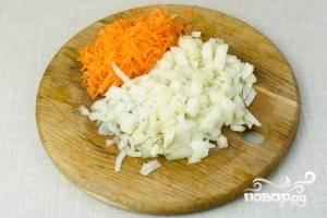 Тем временем, мелко нарезаем лук, морковь натираем на средней терке.